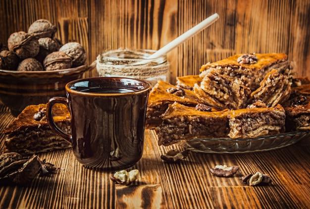 クルミとバクラヴァ蜂蜜。セレクティブフォーカスフード。