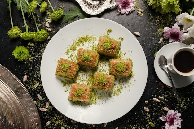バクラヴァの伝統的なオリエンタルデザート。コーヒーとトルコのペストリーの朝食のコンセプト