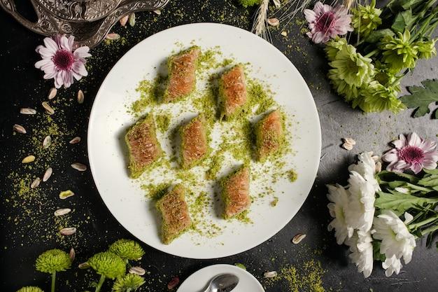 バクラヴァの伝統的なオリエンタルデザート。甘いトルコ料理の背景の概念