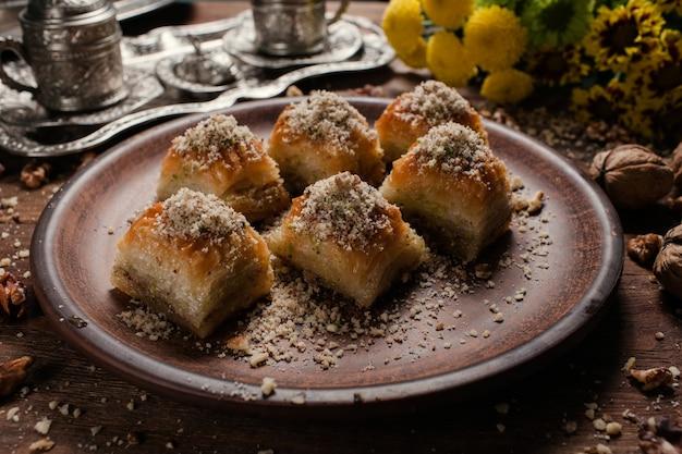 バクラヴァの伝統的なオリエンタルデザート。お茶とトルコのペストリーの朝食のコンセプト