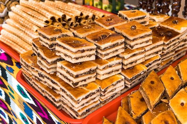 Пахлава. традиционные турецкие сладости. рынок с восточными сладостями. еда на прилавке. восточные ароматы.