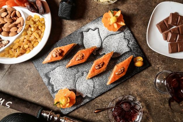 Пахлава грецкие орехи тесто шоколад фрукты вид сбоку