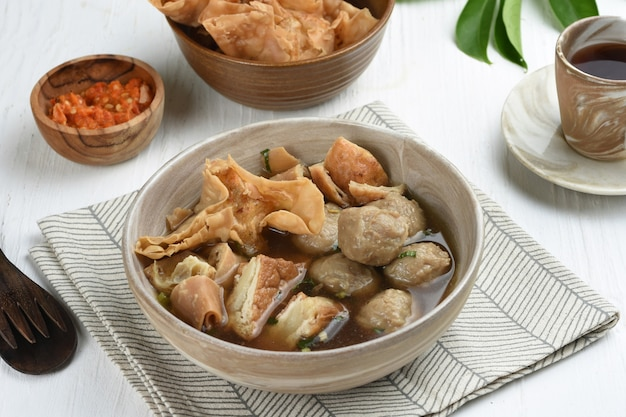 Bakso malang은 튀김 만두 등의 추가 토핑이있는 전형적인 malang 미트볼입니다.