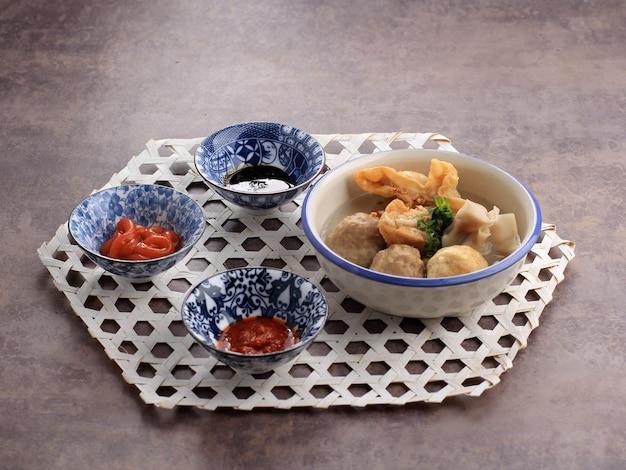 Баксо маланг - это фрикадельки, обычно из маланга, восточная ява, индонезия. обычно подается с различными гарнирами, такими как бакван, баксо горенг, тофу. выбранный фокус, копирование пространства