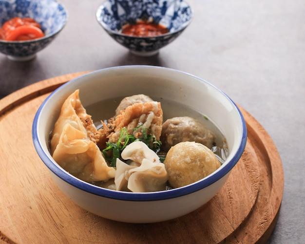 バクソマランは、通常、インドネシア東ジャワ州マランのミートボールです。通常、バクワン、バクソゴレン、豆腐などのさまざまなおかずと一緒に出されます