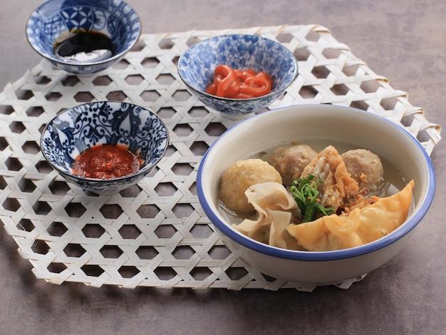 Баксо маланг - это фрикадельки, обычно из маланга, восточная ява, индонезия. обычно подается с различными гарнирами, такими как бакван, баксо горенг, тофу