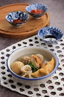 バクソマラン、豆腐揚げシウマイ、バクソゴレンなどのさまざまなおかずが入ったミートボールスープ。テーブルの上でお召し上がりいただけます