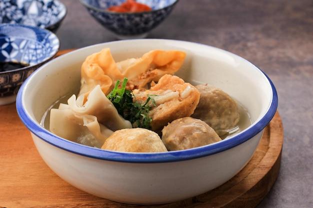 Баксо маланг, суп с фрикадельками с различными гарнирами, такими как жареный тофу шиумай или баксо горенг. подается на стол