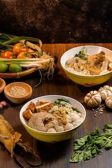 Баксо или басо - индонезийская фрикаделька. Premium Фотографии