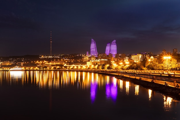 Бульвар каспийского моря города баку ночью