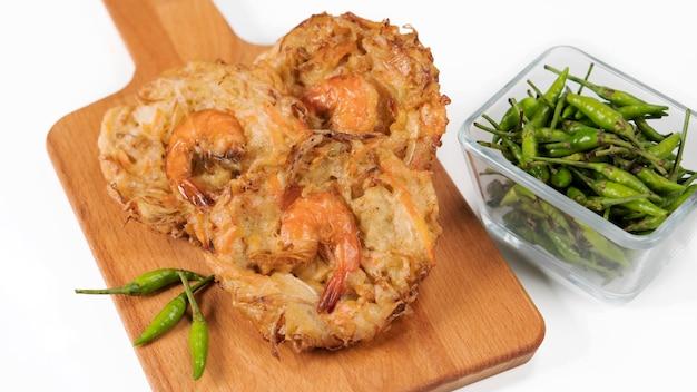 バクワンウダンはインドネシアの伝統的な野菜とエビのスナックで、小麦粉の生地と混ぜ合わせています