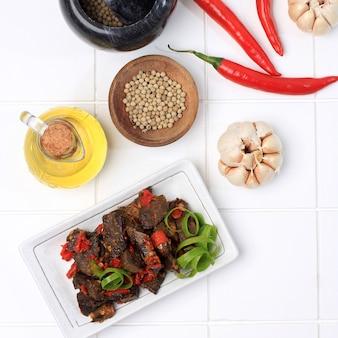 Balado paru、牛の肺から作られた伝統的なインドネシア料理。唐辛子、にんにく、エシャロット、ライムの葉をたっぷり使って調理。スパイシーな味わいで美味しいです。