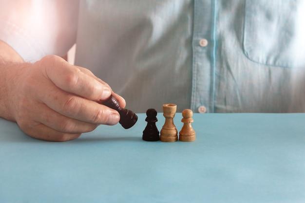 チェスの駒とコンセプトのバランスを取ります。セレクティブフォーカス。スペースをコピーします。