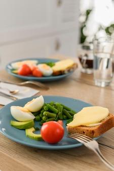 단백질과 탄수화물의 균형 정물 아무도없는 커플을위한 접시에 건강한 음식