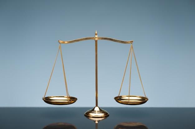 Шкала баланса на синем фоне