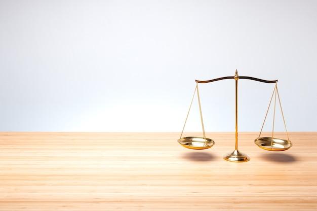 Шкала баланса на деревянном столе