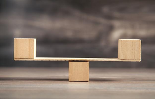 Весы изготовлены из деревянных кубиков.