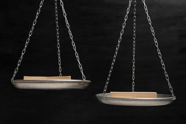 나무 스탠드와 검은 배경에 균형 조정합니다. 균형 개념. 공간을 복사하십시오.