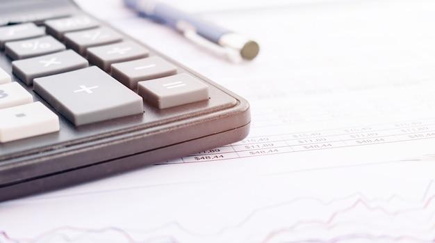貸借対照表、鉛筆、会計士の机の上の計算機。会計、会計の概念。上面図、上面図。