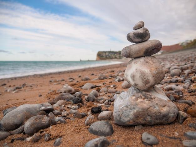 海の海岸の石のバランスをとる