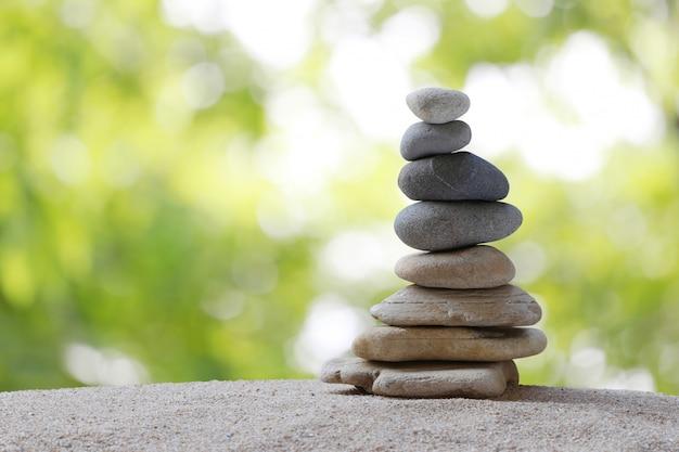 Камни баланса расположены в форме пирамиды.