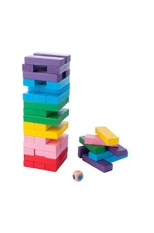バランスタワー。色。古典的なタワーゲーム。ジェンガ。素材は木です。教育玩具モンテッソーリ。白色の背景。閉じる。