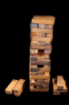 黒の背景の上のバランスタワー木製ゲーム