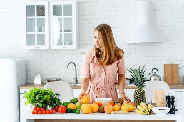 バランスの取れた食事、料理、料理と食べ物のコンセプト、テーブルの上の野菜と果物
