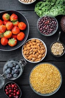 균형 잡힌 식단 유기농 건강 식품 깨끗한 식사 선택, 평면 누워, 검은 나무 테이블에