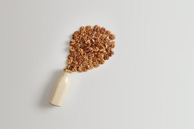 균형 잡힌 다이어트, 상쾌한 음료 및 비타민 개념. 비타민과 미네랄이 함유 된 영양가있는 신선한 통나무 우유. 비건 채식을위한 비유 당 무 유당 음료. 평평하다. 유기농 대용품