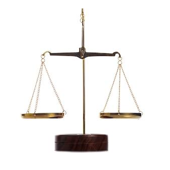 Сбалансированные золотые старинные весы, изолированные на белом фоне