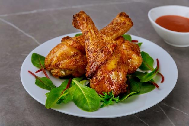 구운 닭고기와 샐러드로 균형 잡힌 점심