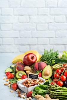 깨끗한 식생활을 위한 균형 잡힌 영양 개념. 식탁에서 요리하기 위한 다양한 건강 식품 재료. 공간 배경 복사
