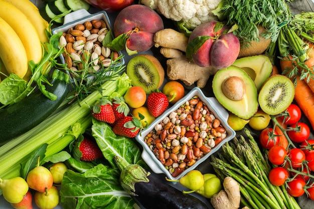 깨끗한 식생활을 위한 균형 잡힌 영양 개념. 식탁에서 요리하기 위한 다양한 건강 식품 재료. 평면도 평면 누워 배경