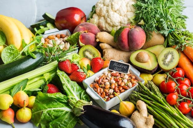 깨끗한 식생활을 위한 균형 잡힌 영양 개념. 식탁에서 요리하기 위한 다양한 건강 식품 재료