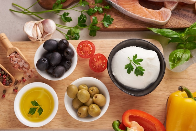 クリーンな食事のフレキシタリアン地中海ダイエットのためのバランスの取れた栄養コンセプト上面図フラット。栄養、きれいな食事の食品の概念。ビタミンとミネラルを使ったダイエットプラン。サーモン、野菜を混ぜる。