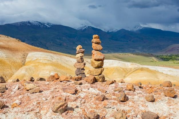 美しいアルタイ山脈を背景にしたバランスの取れた石の塔