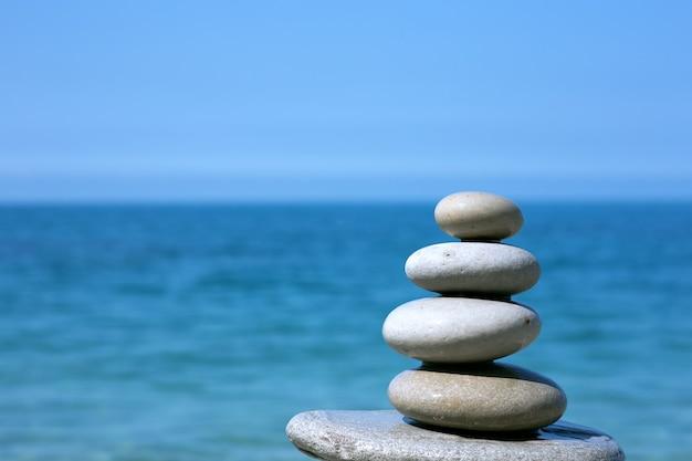 바다 해변의 균형 잡힌 돌