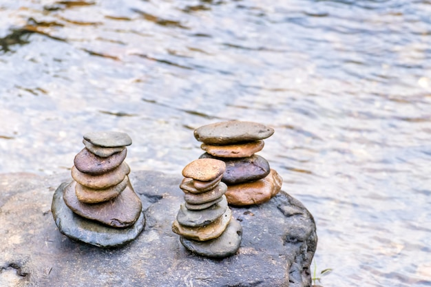 개울의 균형 잡힌 선 바위 스택