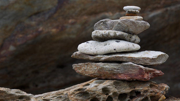 Балансировка башни из морского камня, камня, гальки и кораллового стека