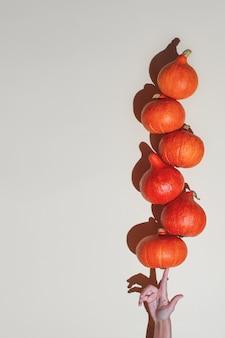 Балансировка оранжевых тыкв с одной стороны.
