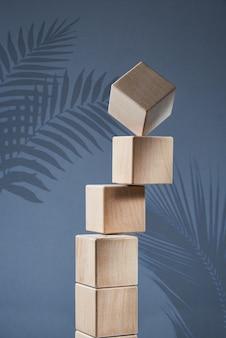 Балансирующая пирамида из деревянных квадратных блоков как концепция гармонии и баланса