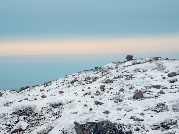 북극 하늘의 북극 언덕에 균형 바위