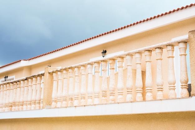 バルコニー クラシックなスタイル。美しい白いバルコニー