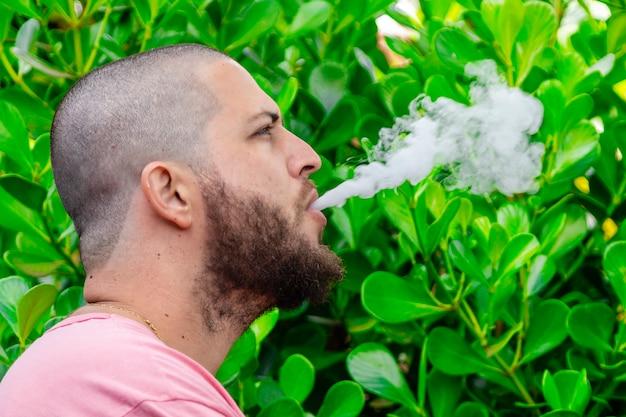 ハゲとあごひげを生やした男性の喫煙。