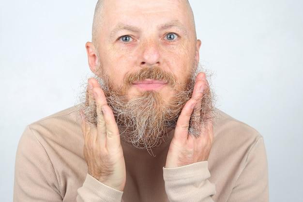 그의 수염을 만지고 대머리 수염 된 남자