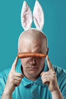 가벼운 셔츠와 토끼 귀에 대머리 잔인 한 남자.