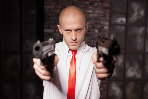 赤いネクタイでハゲ雇ったキラーは拳銃を目指しています
