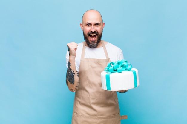 대머리 남자는 충격을 받고 흥분하고 행복하며 웃고 성공을 축하하며 와우라고 말합니다!