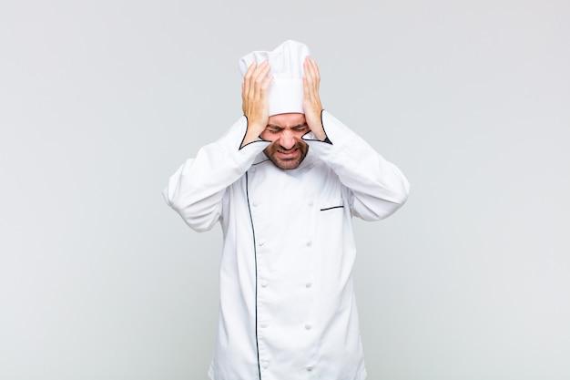 白頭ワシは、ストレスと不安を感じ、落ち込んで、頭痛で欲求不満を感じ、両手を頭に上げます
